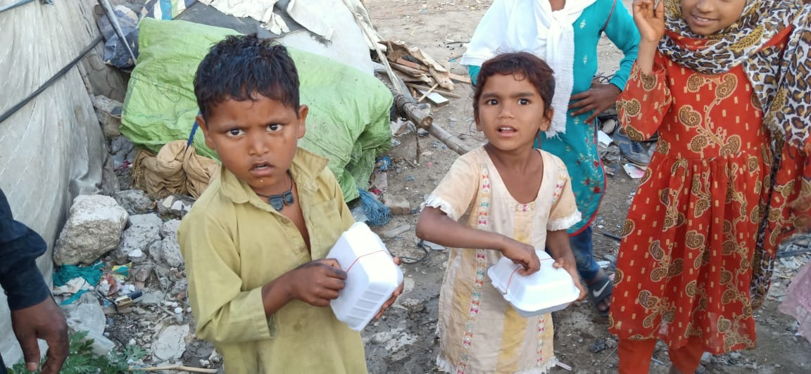 Kinder erhalten Nahrungsmittelportion durch Himmelsperlen International Hungerhilfe 2020
